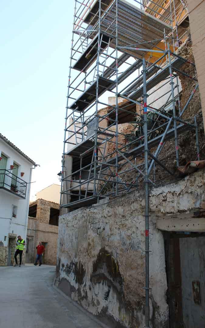 Andamiaje colocado en el muro exterior desde la calle Castillo. / B. Severino