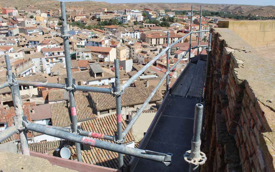 Lo más alto del andamio donde se puede apreciar el mal estado de la cornisa de la terraza superior del castillo de Albalate. / B. Severino
