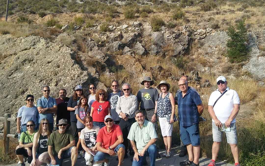 Algunos de los asistentes a la visita del yacimiento con huellas de dinosaurio de Ariño en la mañana del jueves./ Rosa Casas