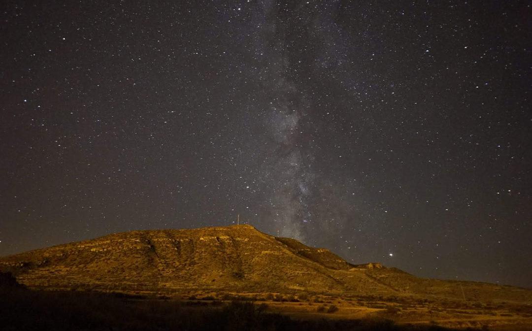 Ariño muestra su cielo en la primera marcha nocturna 'Star Trail'