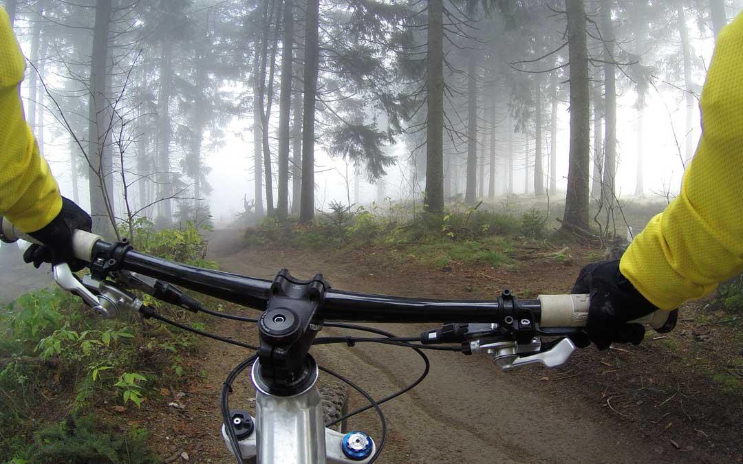 Recorrer los parajes en bici siempre es una opción en cualquier época del año. / Banco de imágenes Pixabay