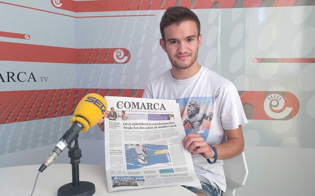 Eduard Peralta tras el repaso del periódico de La Comarca.