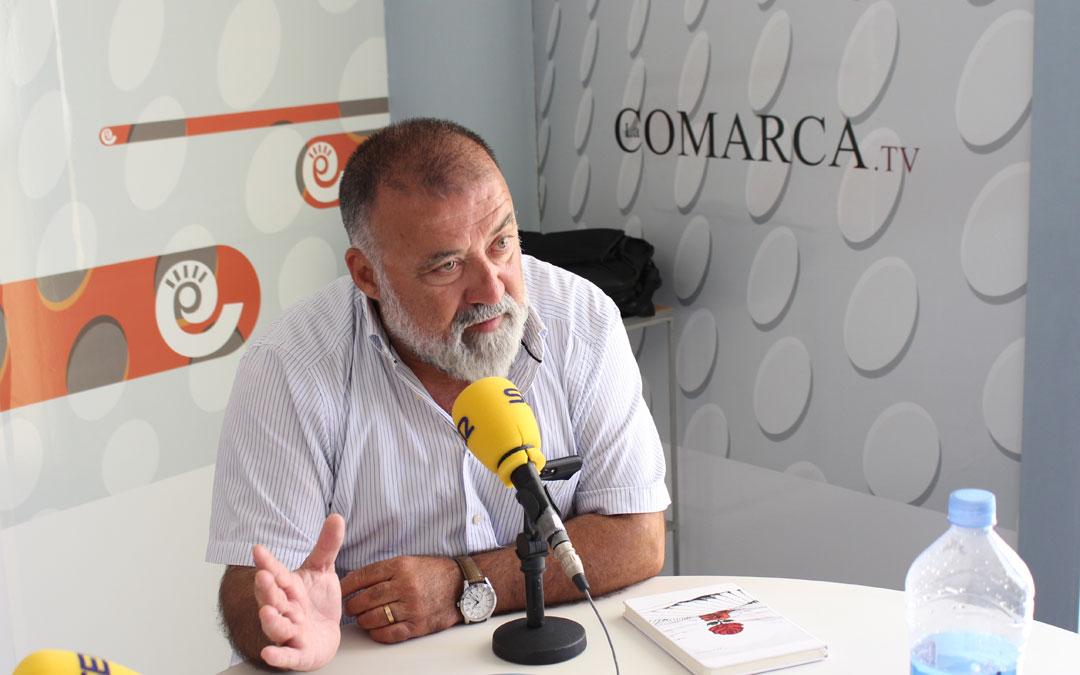 Herminio Sancho, diputado socialista en el Congreso por Teruel, en los estudios de Radio La Comarca. // Esther Icart