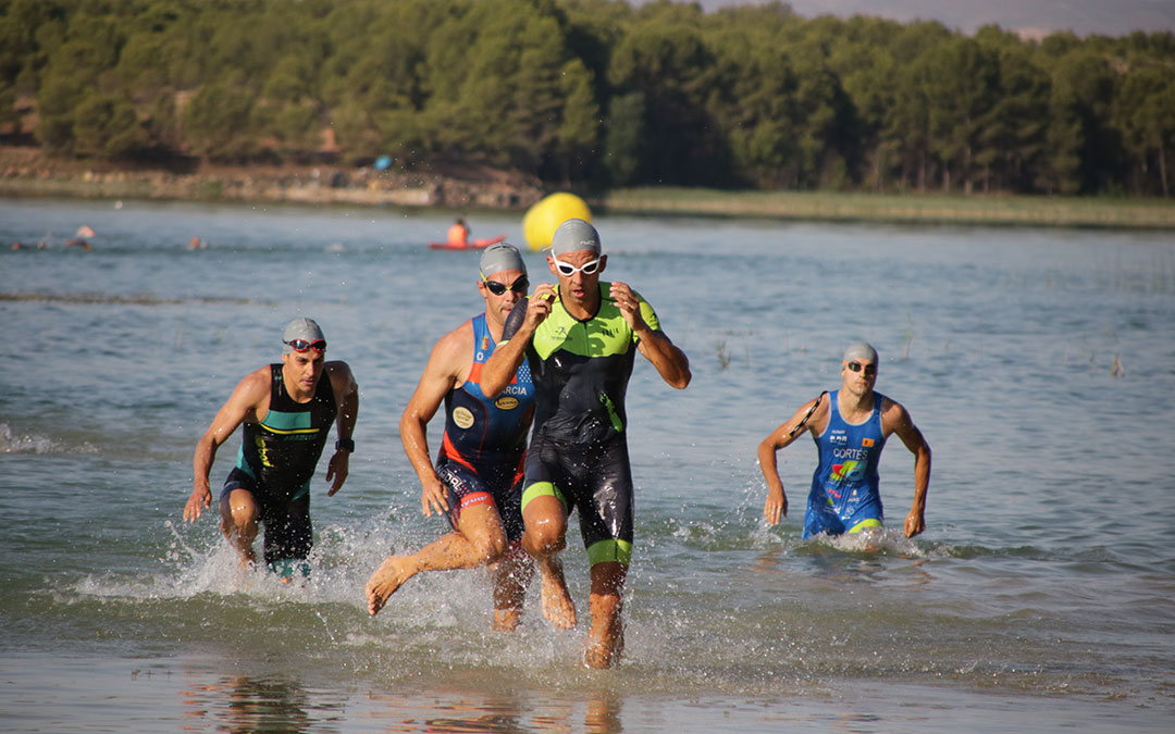 La prueba de natación del triatlón cross ha transcurrido por el embalse alcañizano de La Estanca.