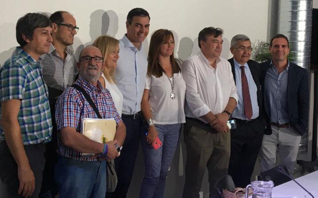 El presidente en funciones, Pedro Sánchez, junto con miembros de Teruel Existe, Apadrina un Olivo, la Red SSPA, Soria Ya y otras entidades este martes