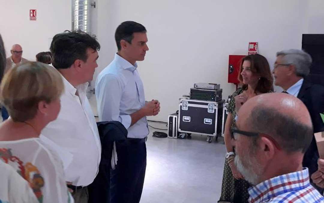 Colectivos de Teruel como la Red SSPA y Teruel Existe con el presidente en funciones, Pedro Sánchez, este martes
