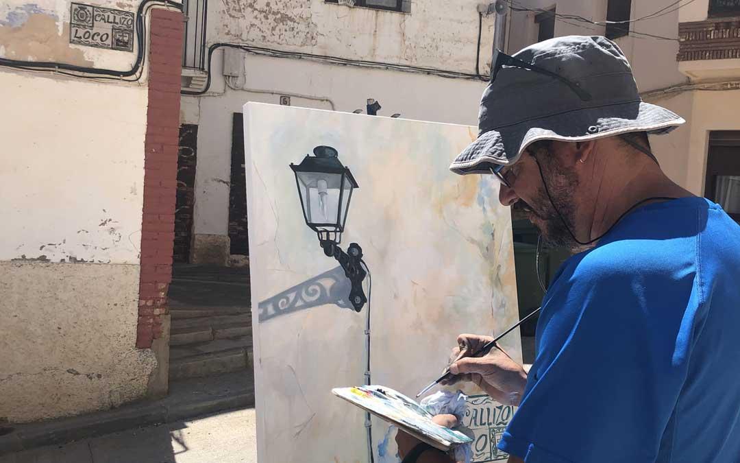 Joaquín Macipe, de Ariño, ha sido tercero pintando el Callizo Loco. Foto: L. Castel