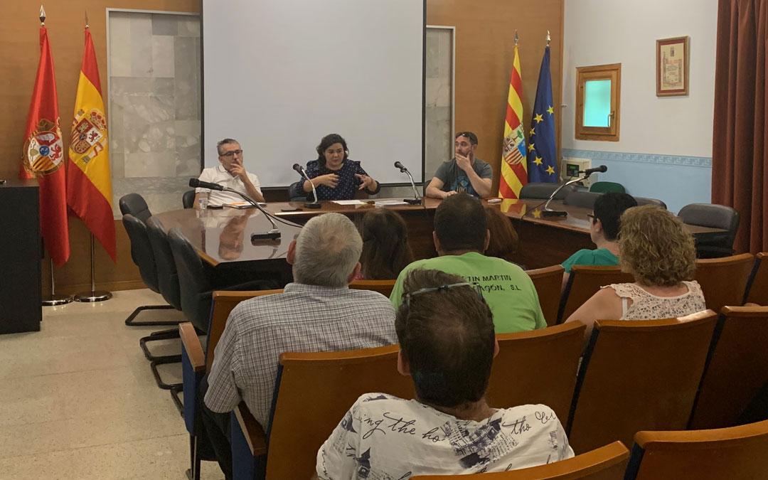 La alcaldesa de Albalate, Isabel Arnas, explicando a los comerciantes del municipio sus propuestas durante la reunión de este lunes// E.P