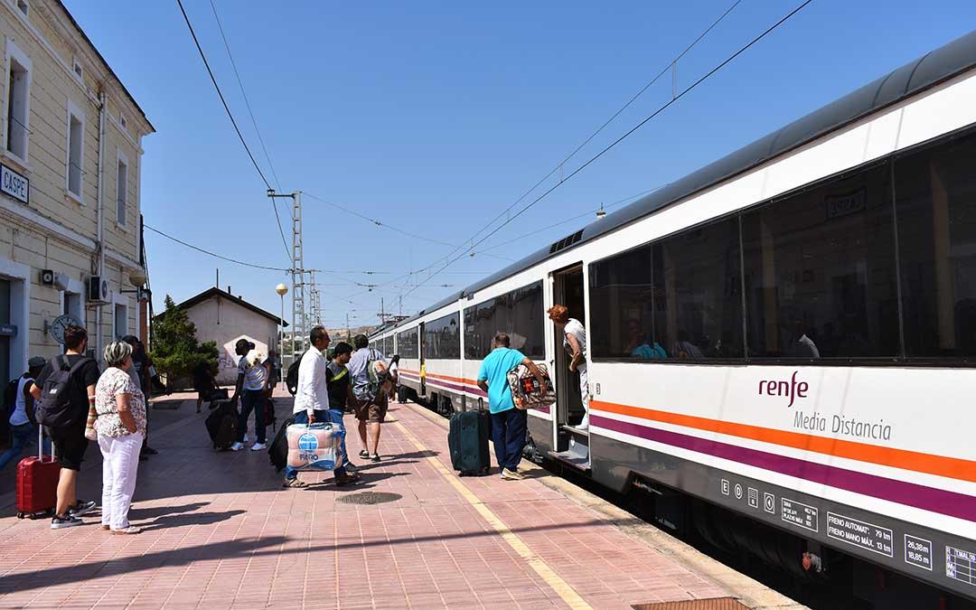 Usuarios cogiendo el tren de Caspe en la actual estación de ferrocarril.