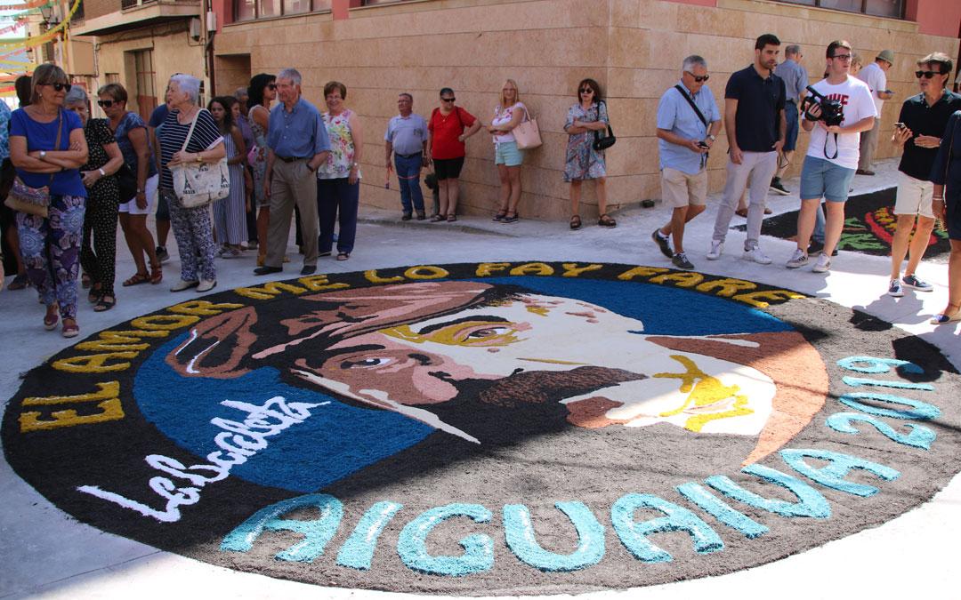 Este tapiz circular ha realizado un tributo a Labordeta en el centro del municipio aguavivano// E.P