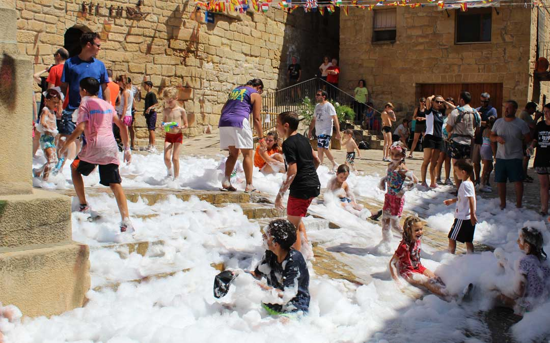 Los niños de Mazaleón jugando con la espuma// Eduard Peralta