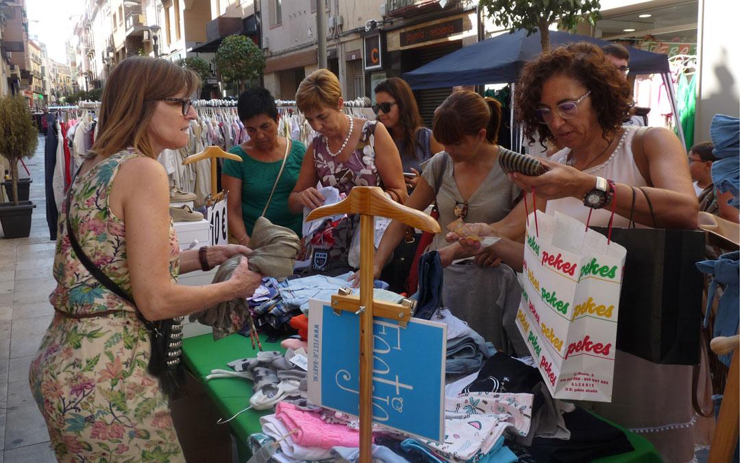 Los vecinos de Alcañiz han aprovechado el mercadillo de saldos para hacer compras// E.P