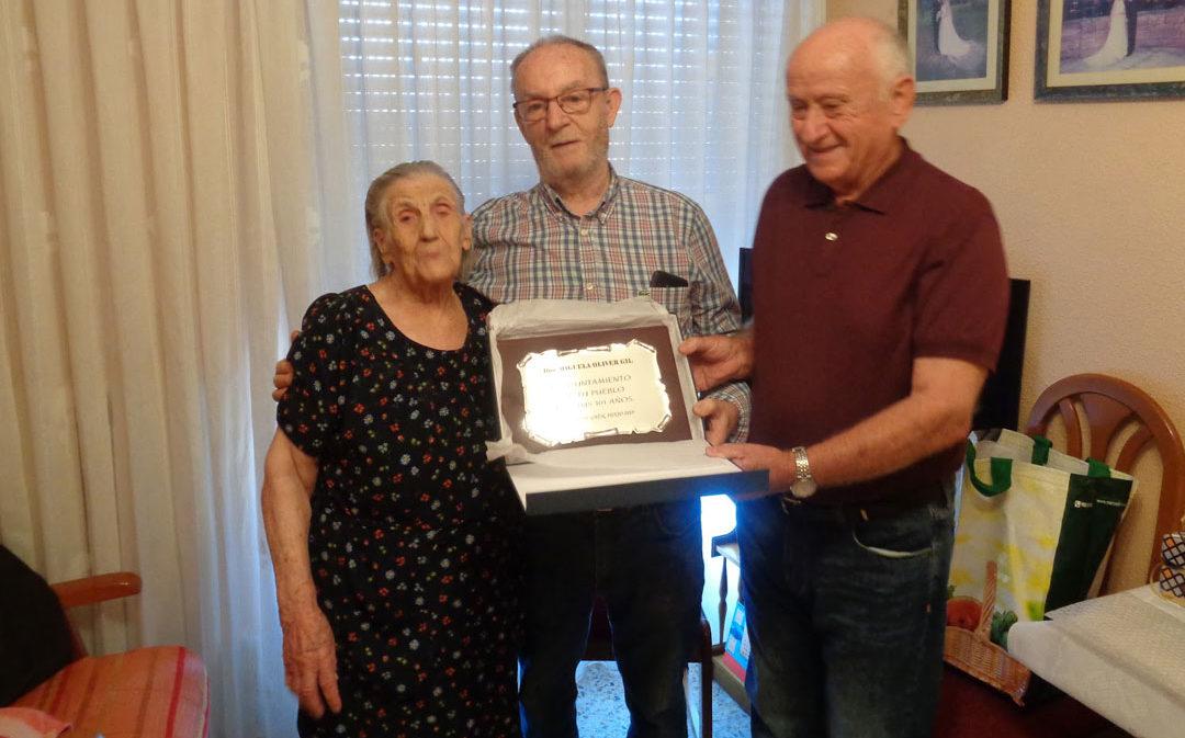 La urreana Miguela Oliver recibe una placa conmemorativa por sus 101 años