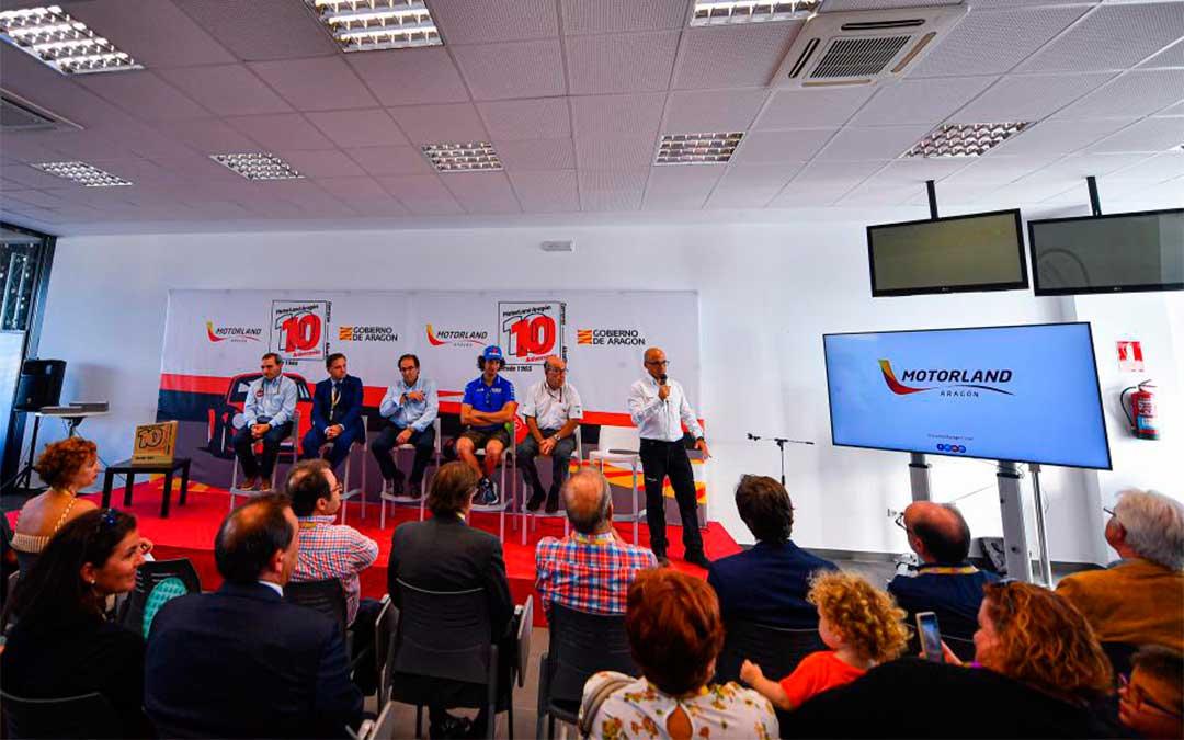 Alex Rins y Carmelo Ezpeleta, en el acto de conmemoración de los diez años de Motorland./ Agency Sport Media