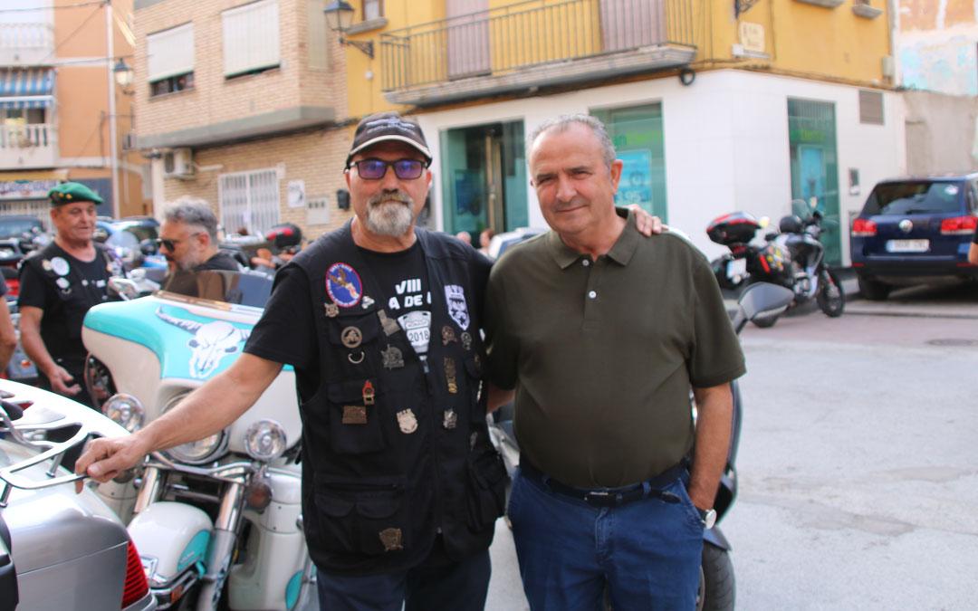 El presidente de Amics de la Moto de Reus y organizador de la Concentración, Luis Corteson, junto al alcalde de Nonaspe, Joaquín Llop.