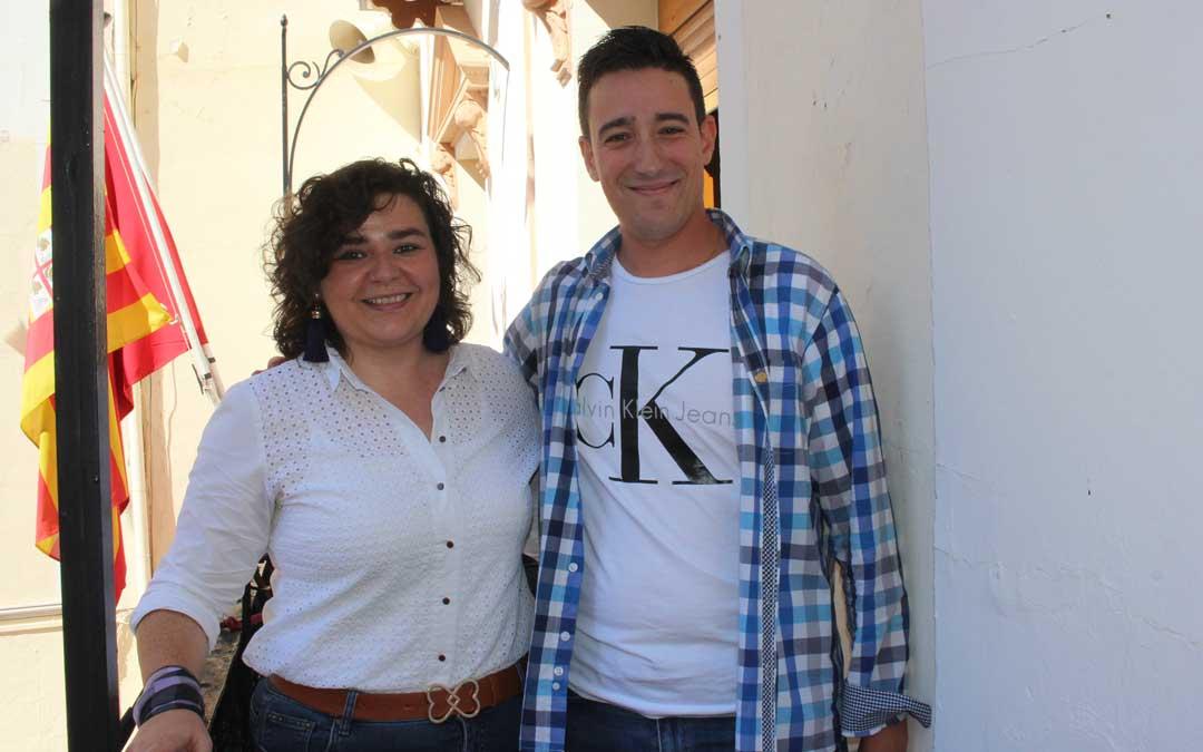La alcaldesa, Isabel Arnas; junto con el pregonero de las fiestas de Albalate, Javier Lasmarías este martes / L. Castel