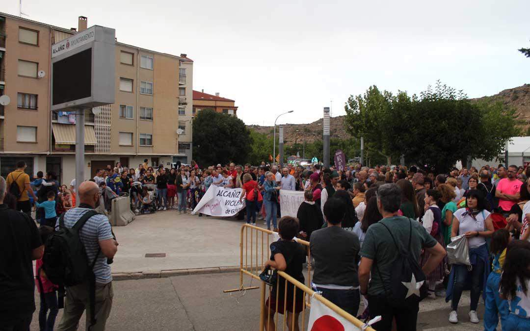 La concentración fue secundada por decenas de vecinos que mostraron su rechazo a toda violencia machista.