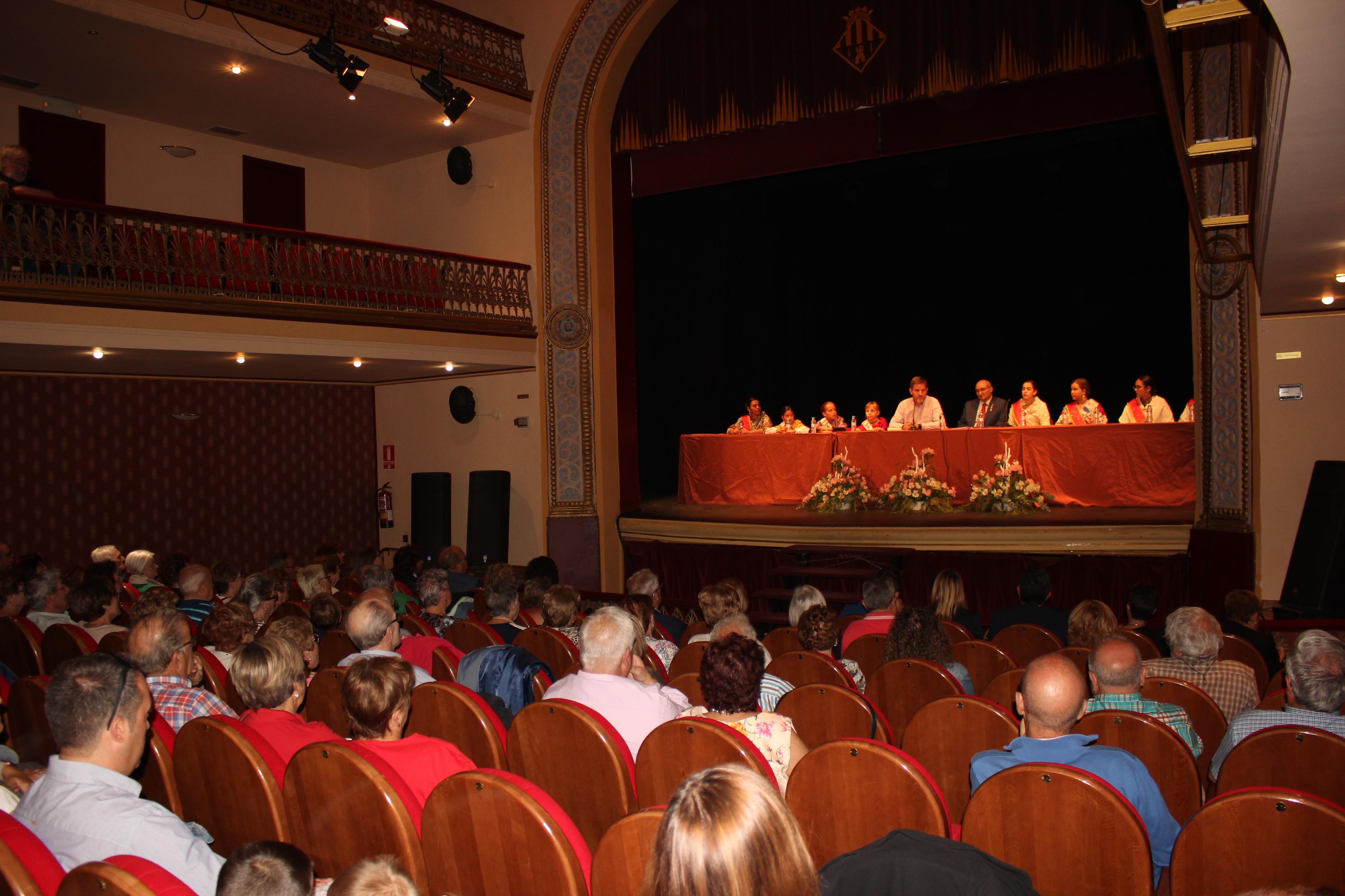 El alcalde Urquizu, el teniente alcalde Baigorri y las reinas este martes en el escenario del Teatro en el acto de los alcañizanos ausentes / L. Castel