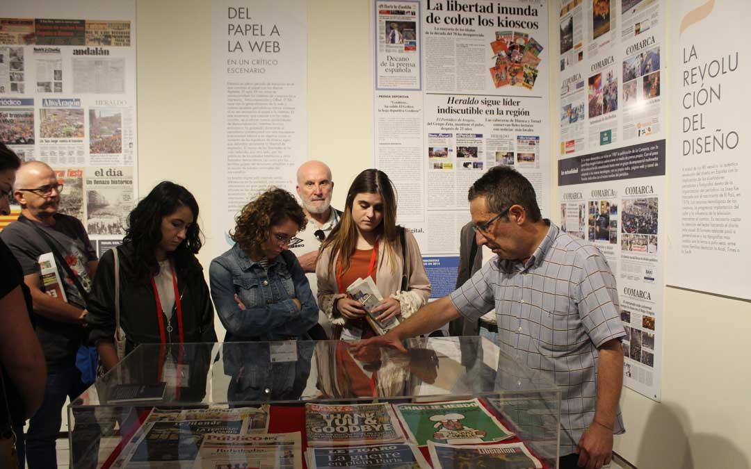Pase de los integrantes del curso de Periodismo a 'De Gutenberg a Twitter'. / B. Severino