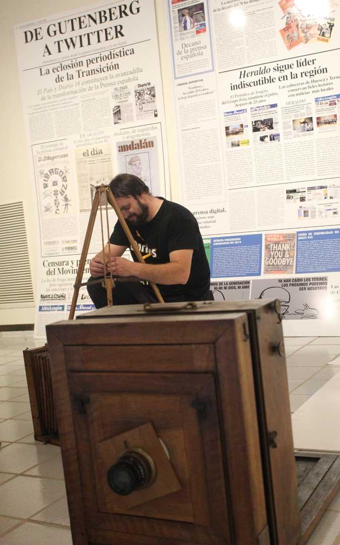 Carlos Marquina, ultimando la exposición de Alcañiz en la que aporta varias piezas. / B. Severino