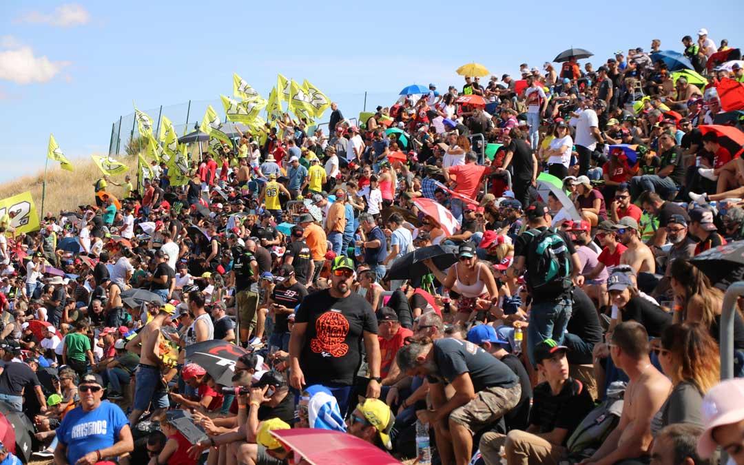 Parte de la enorme pelouse 4, este sábado, con los fans de Viñales al fondo. / A. Monserrate