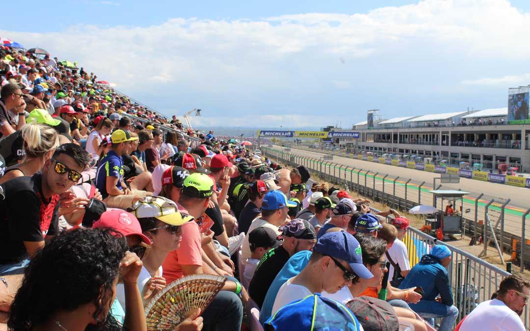 Abanicos y gorras para protegerse del sol el sábado de GP desde la Grada 1. / B. Severino