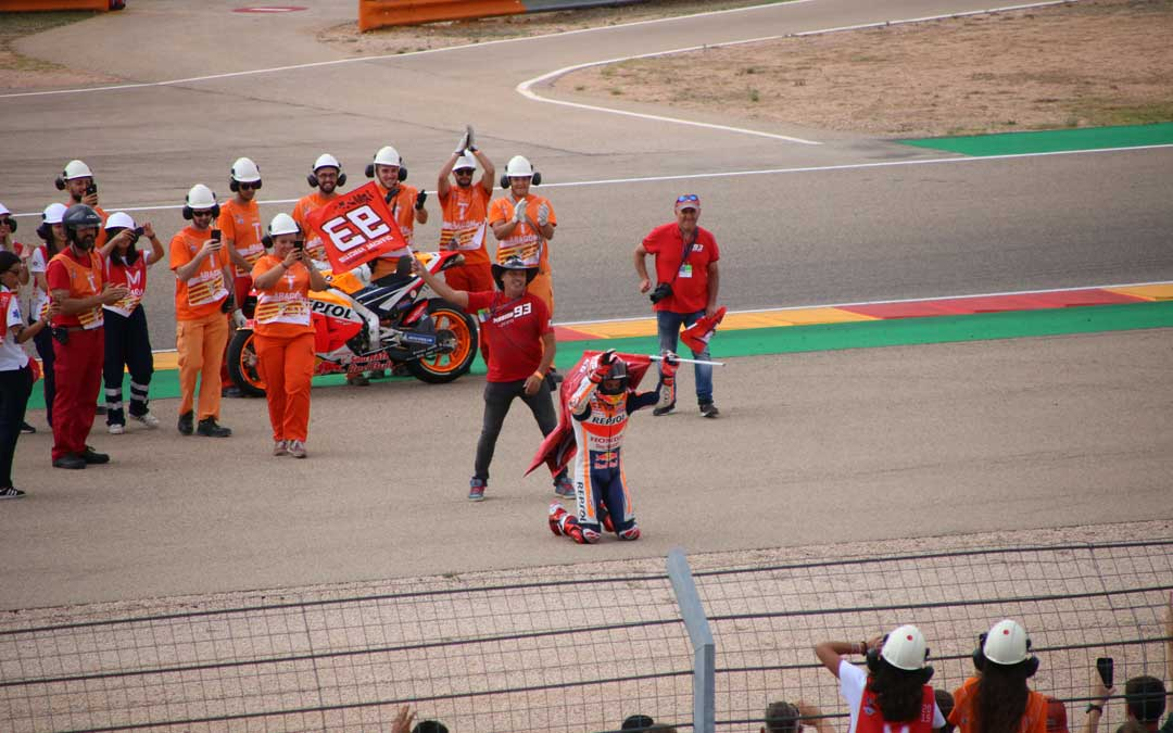 Marc Márquez, rendido ante su público tras ganar la carrera de Moto GP. / A. Monserrate