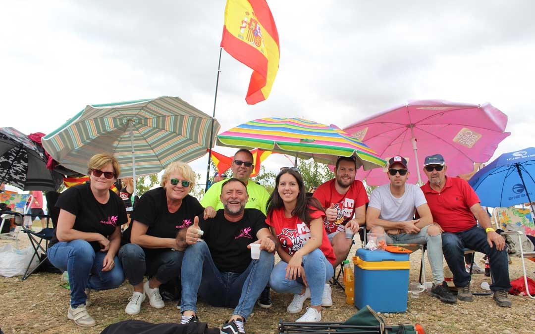 Alcañizanos ataviados con la camiseta del Motoclub Alcañiz en la pelouse 6. / B. Severino
