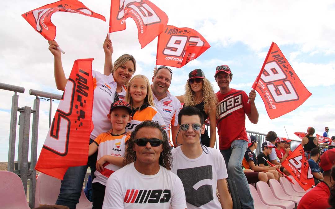 Aficionados de Cervera, el domingo, con el Fan Club de Márquez. / A. Monserrate