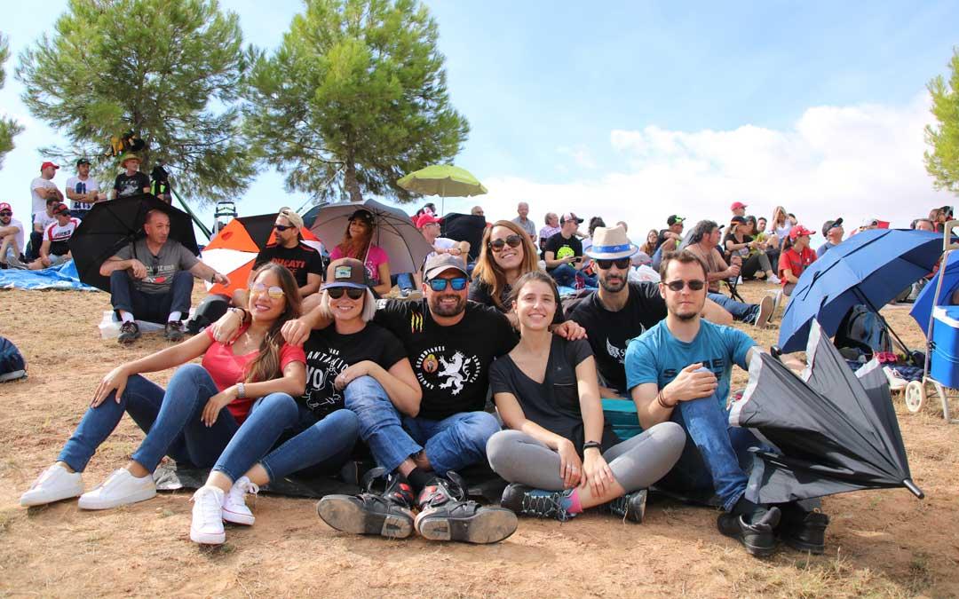 Aitor, Tamara y sus amigos de Zaragoza, el domingo en la pelouse 6. / A. Monserrate