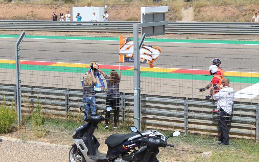 Rins, recogiendo la bandera de sus fans tras la carrera. / B. Severino