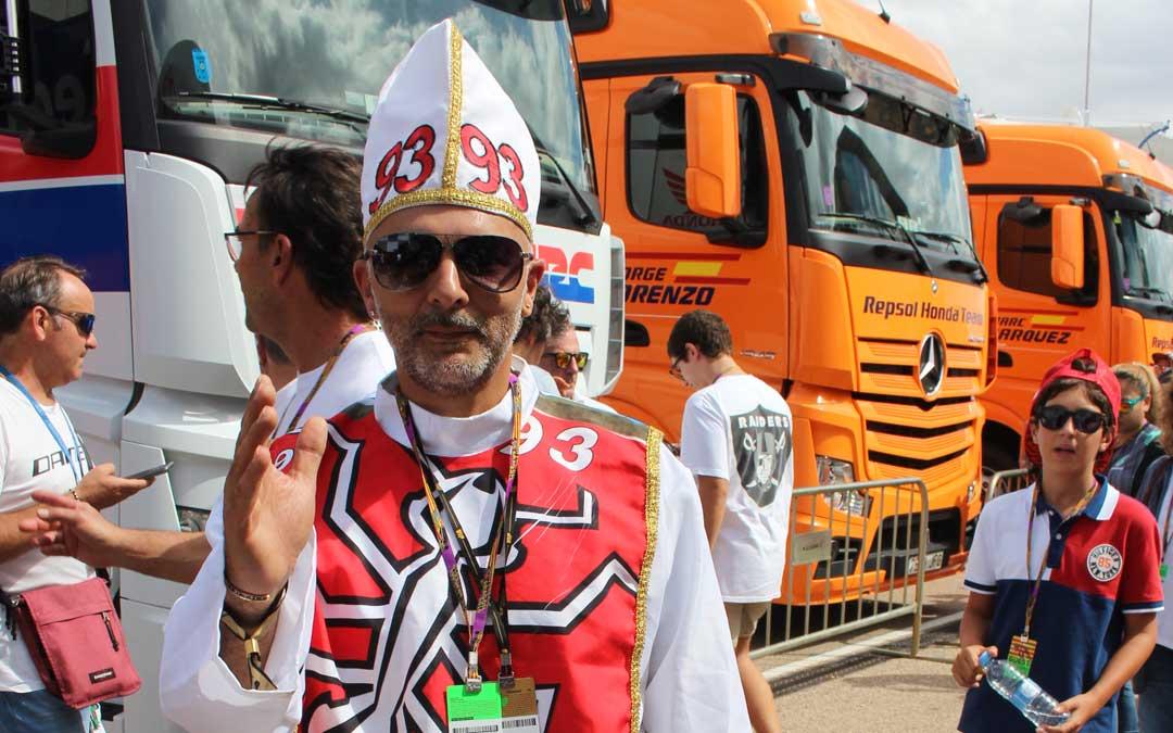 Un colombiano que sigue a Márquez por el mundo, el domingo en el paddock. / L. Castel