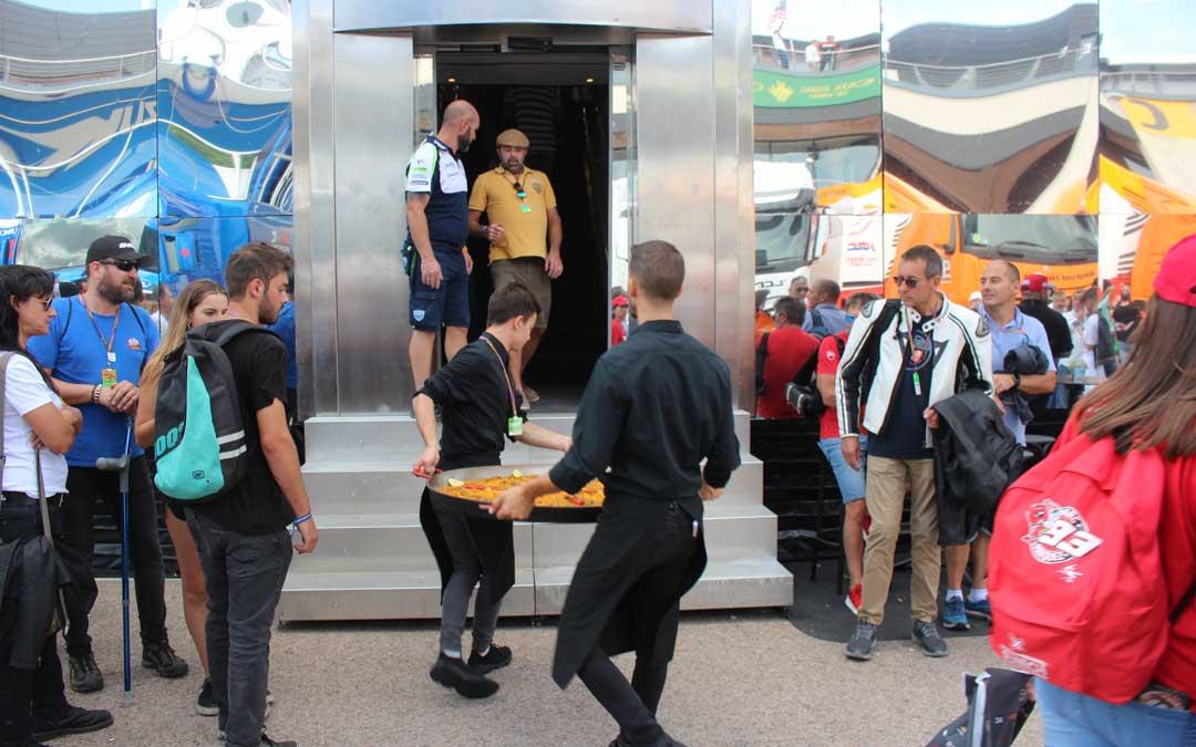 El traslado de una suculenta paella en el paddock de Motorland durante la celebración de Moto GP. / L. Castel