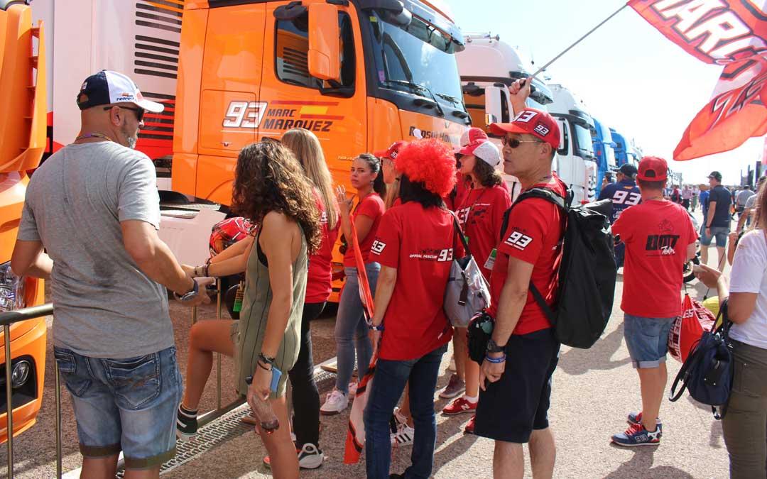 Esperando a Marc Márquez en el paddock el domingo. / L. Castel
