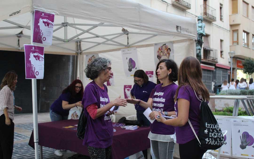 Punto violeta instalado junto a la plaza Mendizábal por el Ayuntamiento en colaboración con el Bajo Aragón Feminista. / B. Severino