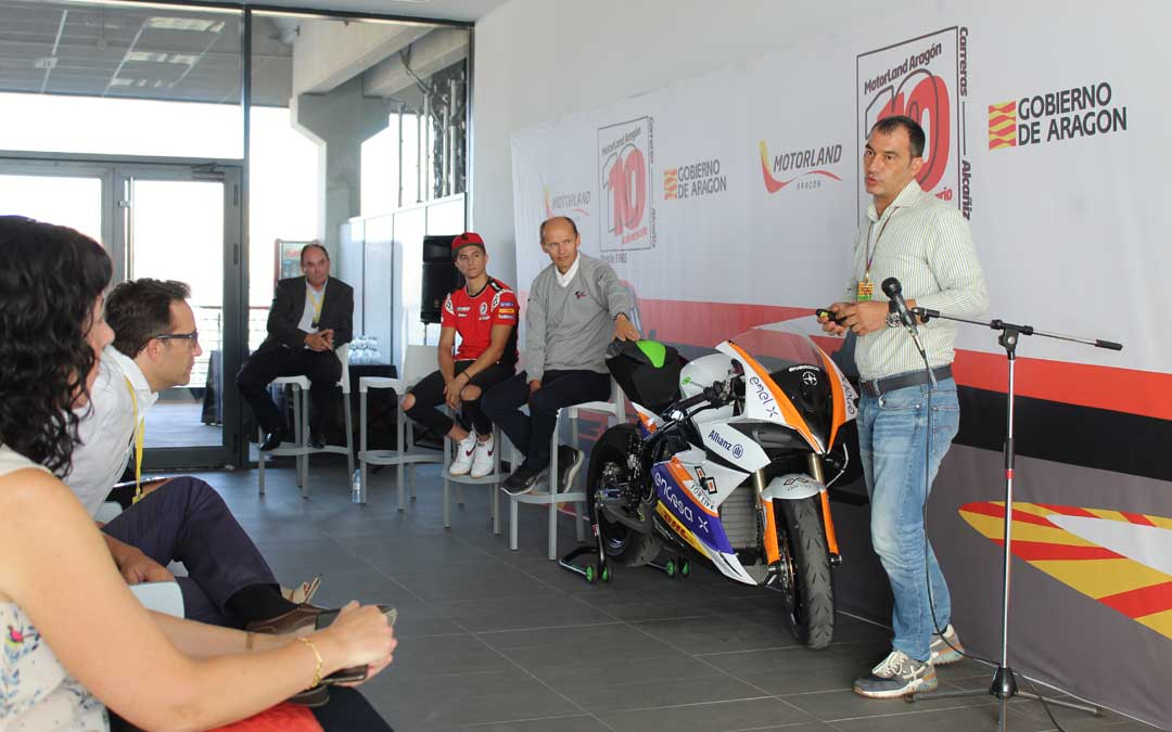 José María Riaño, Nicolas Goubert y Héctor Garzó, hablaron sobre movilidad eléctrica en la previa de MotoGP en la tarde de jueves en Motorland. Al fondo, el delegado territorial de DGA en Teruel. / B. Severino