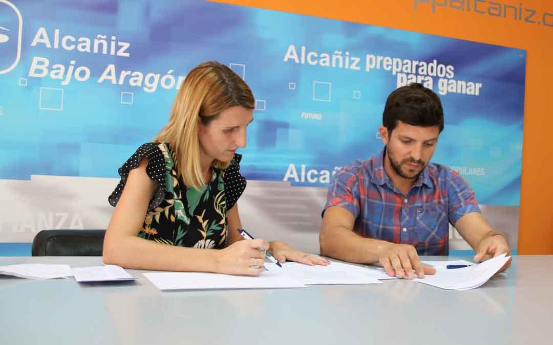 Anabel Fernández y Nacho Carbó, ediles del PP, ayer en rueda de prensa en la sede del partido./ Adrián Monserrate