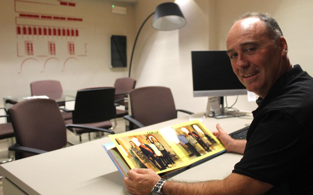Iranzo, en su despacho donde recibe los jueves a los vecinos. Guarda un libro de fotos de la investidura regalo de un amigo. / B. Severino