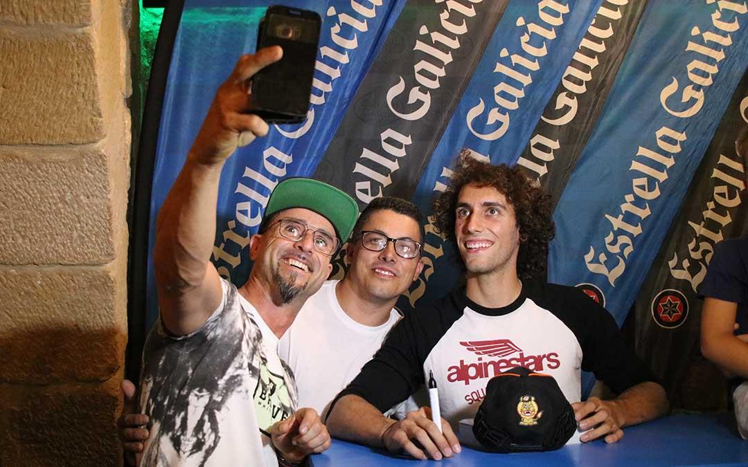 alex-rins-selfie-la-gruta-alcaniz-moto-gp