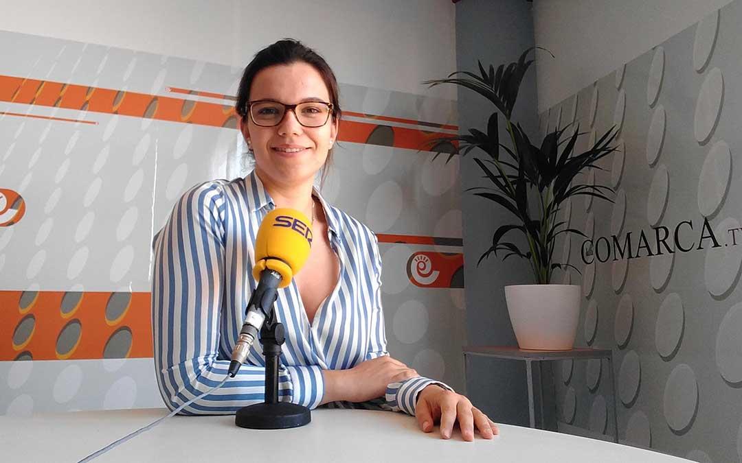 Alicia Martín en el estudio de Radio La Comarca.