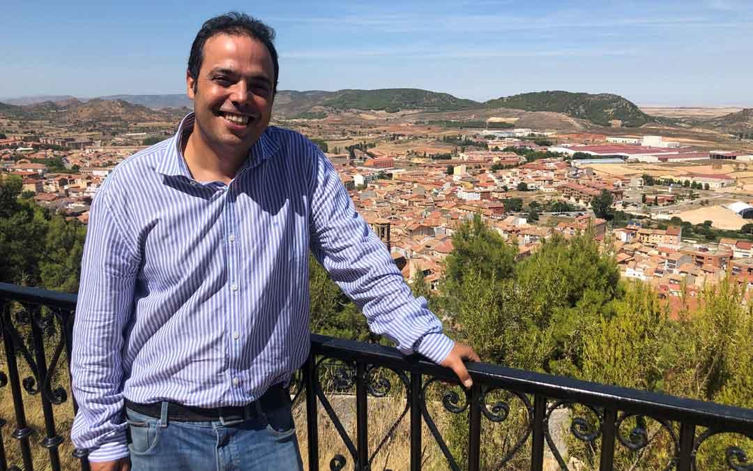 El alcalde de Andorra, Antonio Amador, desde San Macario que ofrece una magnífica vista de la localidad / L. Castel