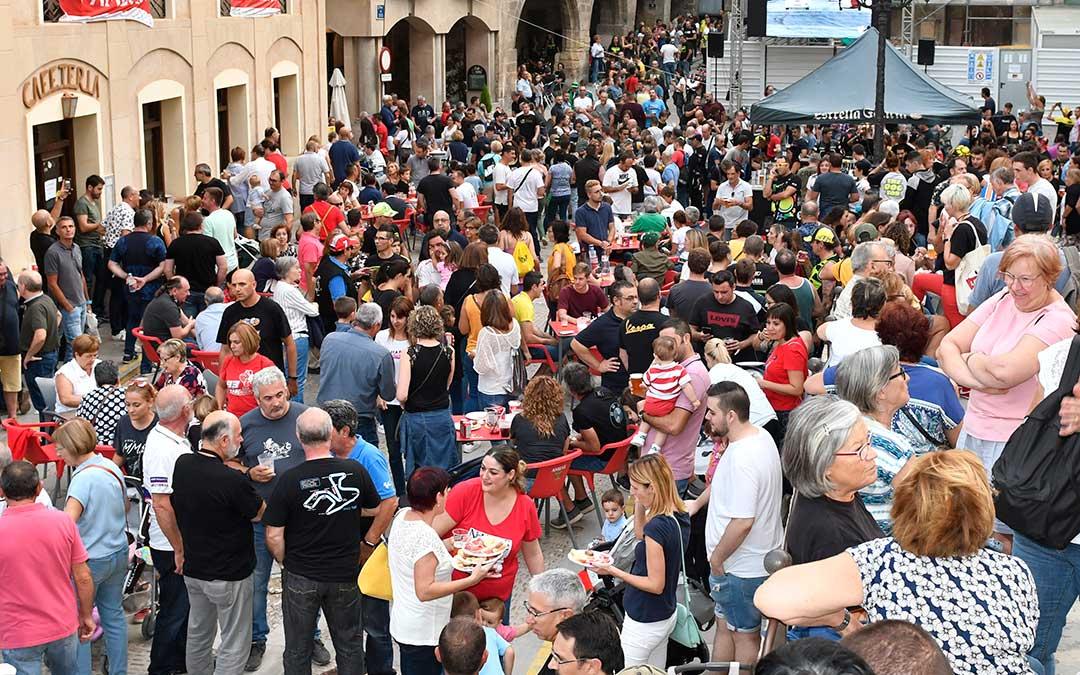 Imagen de la plaza de España el sábado por la tarde del GP de 2019, con muy buen ambiente | La Comarca