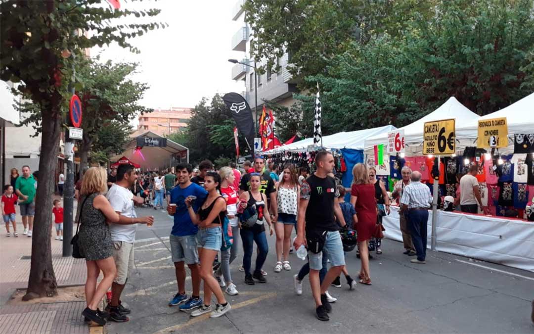 Ambiente en la avenida llena de stands de merchandising durante el campeonato de MotoGP 2018.