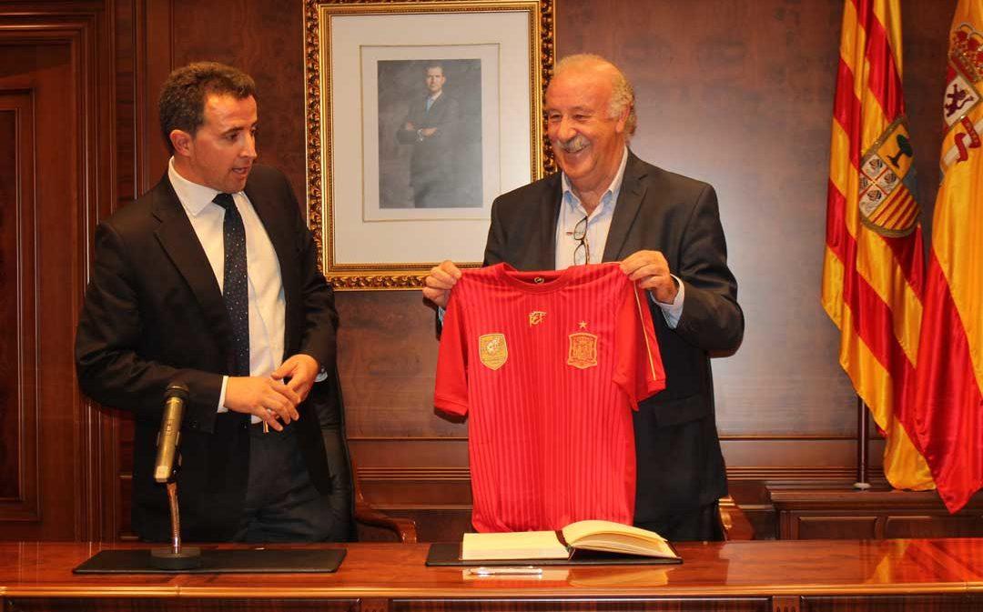 Vicente del Bosque ya es embajador del Melocotón de Calanda