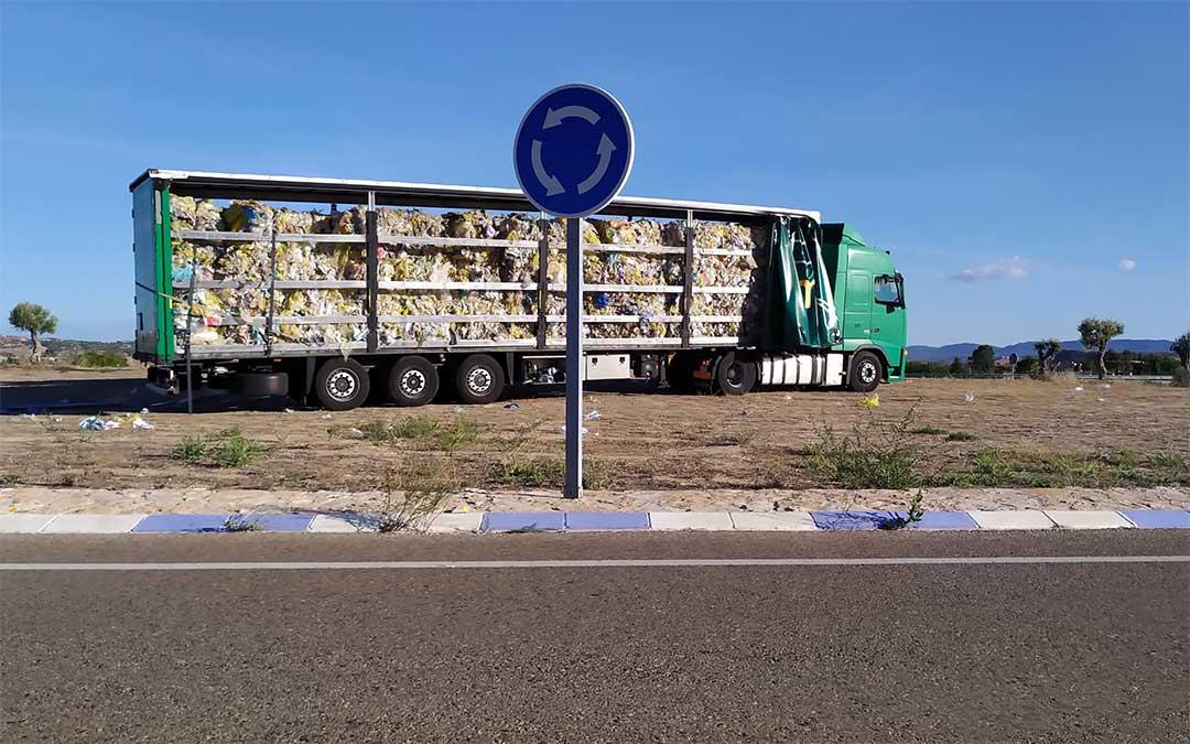 El camión que transportaba plásticos estuvo a punto de perder la carga al levantarse la lona./ J.P.