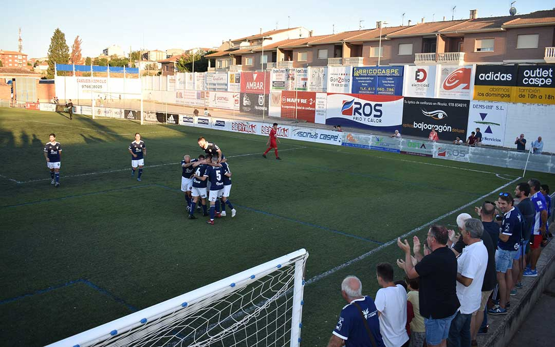 Los caspolinos celebrando el último gol marcado, en Los Rosales.