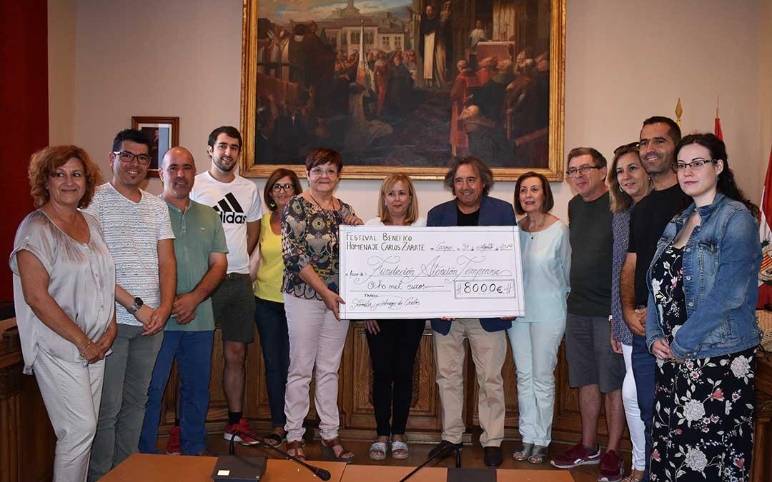 Entrega del cheque de parte de los familiares de Carlos Zárate a representantes de Fundación Atención Temprana, acompañados de representantes municipales.