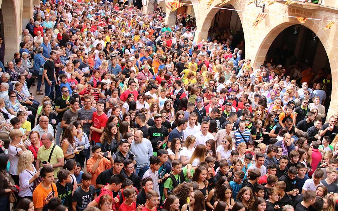 Calles abarrotadas en el chupinazo de las fiestas de Alcorisa./ Adrián Monserrate.