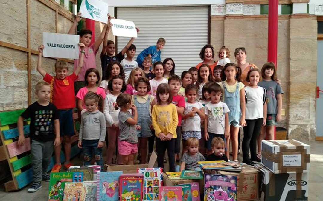 Alumnos del colegio y la guardería de Valdealgorfa junto al material donado. // Ayuntamiento de Valdealgorfa