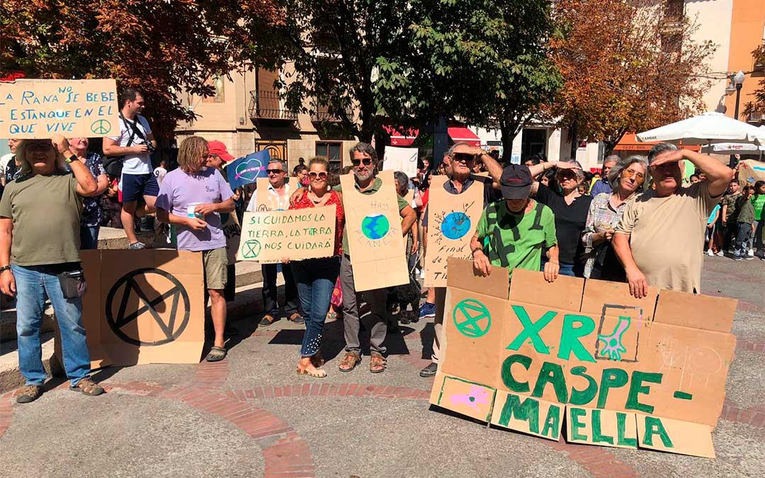 Vecinos de Caspe y alrededores con pancartas de protesta contra el cambio climático en la plaza de España.